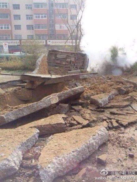 11月22日上午10時許,山東青島市黃島區中石化黃濰輸油管線一輸油管道發生破裂並爆炸起火,威力巨大,附近道路大面積崩裂,多輛汽車被掀翻。人員傷亡慘重。(網絡圖片)