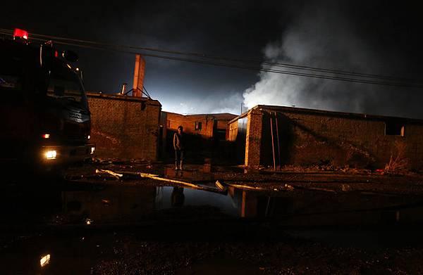 11月19日20時30分,北京朝陽區小武基一汽配倉庫發生火災,失火前倉庫跳閘斷電。據消防部門通報稱  ,倉庫的過火面積達500餘平方米。北京市公安局事後在微博稱,火災已造成12人死亡。(大紀元資料  室)