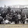 圖為毛澤東的車拋錨後,紅衛兵們蜂擁而上圍住了車。(網絡圖片)