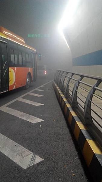 11月27日,距離青島黃島大爆炸僅僅4天,人們驚魂未定,黃島嵩山隧道又發生大火,黑煙瀰漫,原因  不明。不知是否有人員傷亡。(網絡圖片)