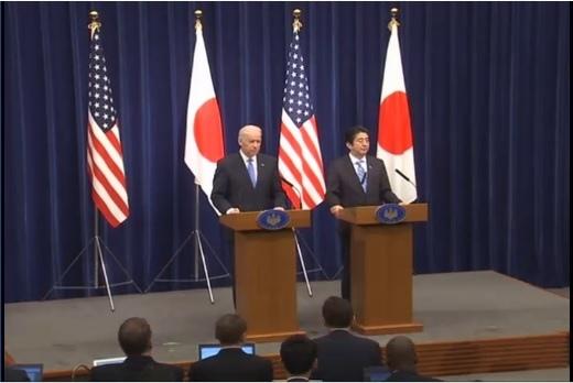美國副總統拜登星期二(12月3日)和日本首相安倍晉三舉行會談。圖為兩國領導人在會晤後的聯合記  者會上。(視頻截圖)