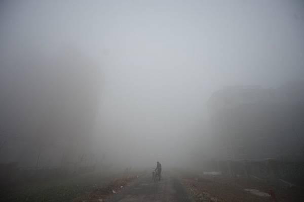 入冬以來中國再次出現最大範圍陰霾,PM2.5濃度基本在150微克/立方米以上,有些地區高達300至500微克/立方米,局地空氣質量指數接近六級(嚴重污染)。圖為,12月4日,江蘇揚州市。(大紀元資料室)
