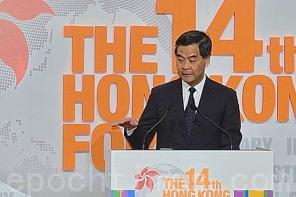 香港政府12月4日就2017特首選舉和2016立法會選舉正式啟動為期五個月的政改諮詢,政務司司長林  鄭月娥表示,政改需根據《基本法》及中共全國人大常委會2004年的《解釋》,必須依法完成「五步  曲」的程序,又稱行政長官人選要愛國愛港已經不言而喻,所以無需諮詢。(潘在殊/大紀元)