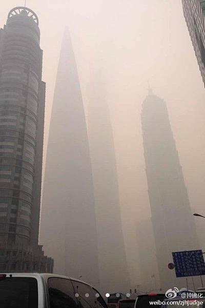陰霾重度污染下的上海街景(網絡圖片)