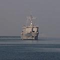 中華民國海軍中和艦(中)日前出航赴菲律賓,展開海燕颱風人道救援,5日返航,在2艘拖船噴水禮相迎下,返抵左營軍港碼頭。(海軍)