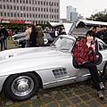 Rally Nippon古董車活動今年移師臺灣,60輛古董車11月28日從臺北展開環島,感謝臺灣在311地震發揮的愛心,日本民眾揮舞國旗向臺灣表達感謝。(中央社)