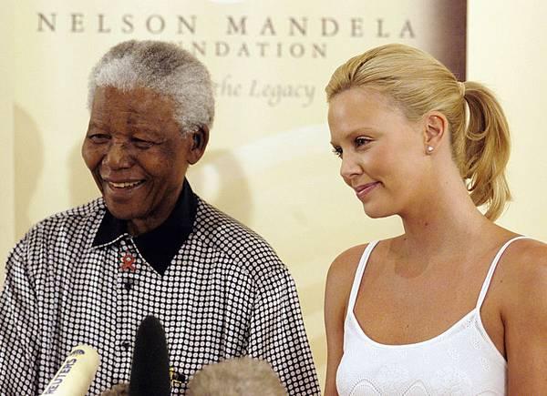 2004年3月11日,非洲第一位奧斯卡影后查理茲‧塞隆與曼德拉合影。(Naashon Zalk/Getty Images)