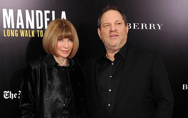 2013年11月25日,《曼德拉:漫漫自由路》發行人哈維‧韋恩斯坦與該片紐約展映會主持人、《時尚》雜誌主編安娜‧溫特(左)合影。(Bryan Bedder/Getty Images for The Weinstein Company)