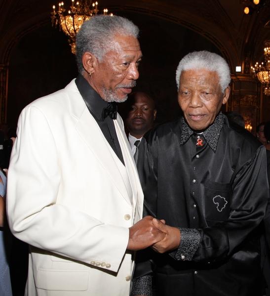 2007年9月2日,摩根‧弗里曼(左)與納爾遜‧曼德拉在摩納哥的一場慈善晚宴上。(Pascal Le Segretain/Getty Images)