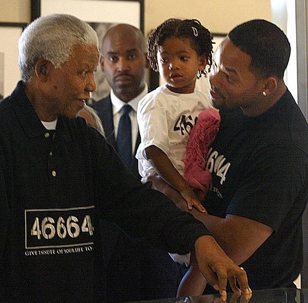 2004年9月16日,納爾遜‧曼德拉在其約翰內斯堡的辦公室與好萊塢影星威爾‧史密斯會面。(ALEXANDER JOE/AFP/Getty Images)