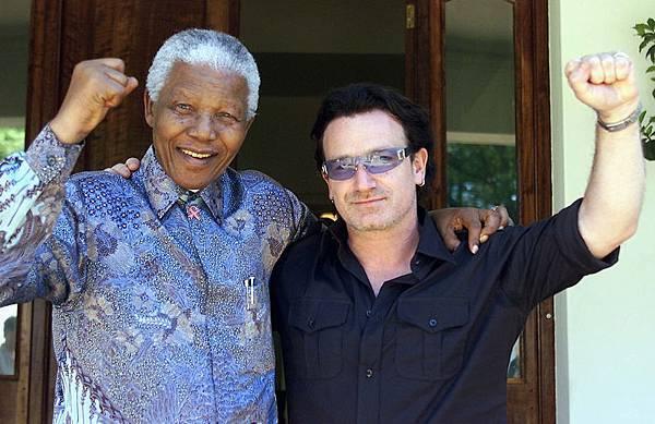 2002年5月25日,愛爾蘭歌星波諾(右)隨同美國財政部長奧尼爾訪問非洲期間,在約翰內斯堡的納爾遜‧曼德拉家中做客。(JUDA NGWENYA/AFP/Getty Images)