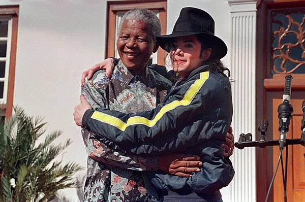 1996年7月20日,邁克爾‧傑克遜(右)與納爾遜‧曼德拉合影於南非。(AFP/Getty Images)