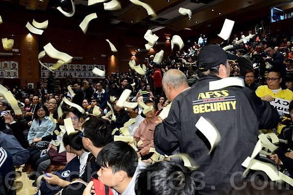 社民連成員曾健成則向台上丟紙飛機,亦有人撒冥錢抗議,要求梁振英辭職,場面及混亂也熱鬧。(  宋祥龍/大紀元)