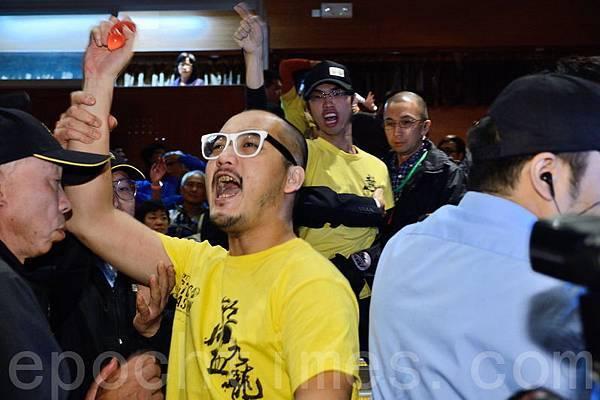 梁振英12月8日下午到大角咀出席第三場地區諮詢會,多個民間團體到場示威抗議,斥責中共打壓民  主普選,要求梁振英下台。(宋祥龍/大紀元)