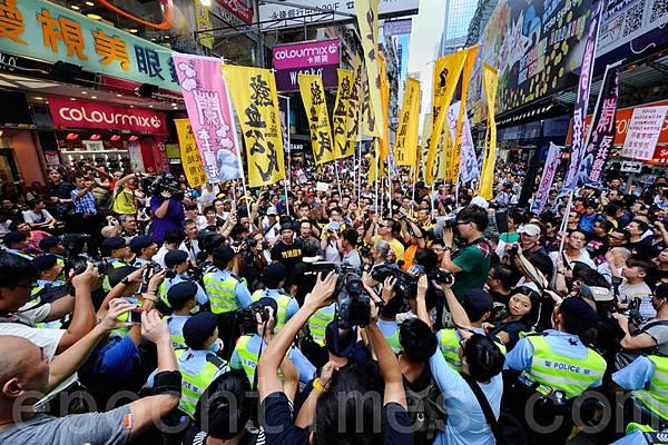 8月4日五個民間團體包括人民力量、熱血公民和網民組織等,在香港旺角行人專用區集會,支持為法  輪功仗義直言而被中共勢力抹黑的林慧思老師,被大批警察用鐵馬阻攔。梁振英十分恐懼在香港旺角  行人專用區再發生類似事件。(宋祥龍/大紀元)