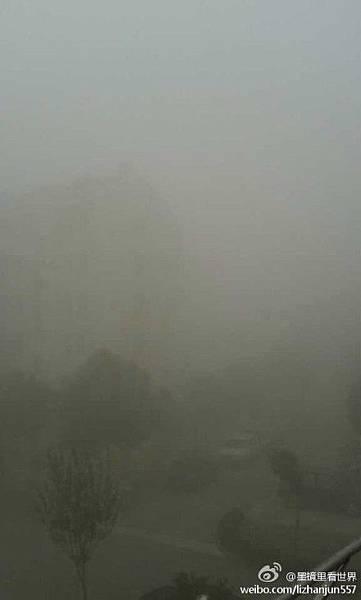 12月以來,中國大陸遭遇今冬以來範圍最大的重度陰霾天氣。持續嚴重陰霾波及25省份100多個大中  型城市,京津冀長三角陰霾連成片。中國沿海全部「霾沒」,江南城市南京、上海等地達六級最嚴重  污染。圖為陰霾中的上海。(網絡圖片)