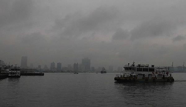 受到東北季風挾帶大陸空氣污染物南下,細懸浮微粒濃 度升高,約為平日平均值的4倍。圖為高雄地  標85大樓 (中)10日下午灰濛濛,幾乎看不見。 (中央社)