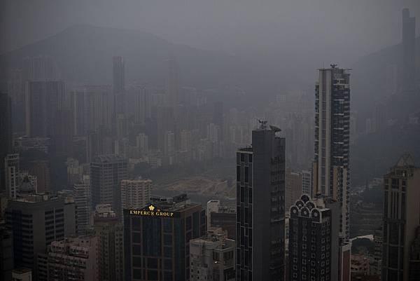 中共的空污懸浮粒子隨著東北季風吹向台灣,讓台北一片霧茫茫。(中央社)
