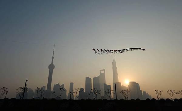 週四,隨著窒息上海的陰霾達到有害的水平,城市的環境當局採取果斷行動來應對頻繁的空氣質量警報:它下調了質量標準以確保不會有這麼多的警報。(Getty Image)