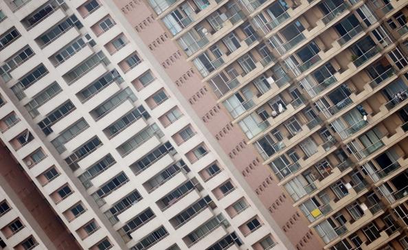 大陸樓市出現一線城市有價無市;三、四線城市泡沫明顯,多處已經開始破裂,已成風險集中圈。有專家稱,2014房價將跌破底線,甚至跌去80%。圖為今年上海市一棟住宅高樓。(AFP/Getty Images)