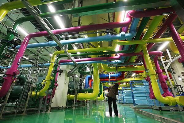 Google在彰化彰濱工業區設立台灣資料中心,11日舉行落成典禮,開放部分廠區供媒體參觀。Google運用夜間冷卻及熱能儲存系統,增加資料中心運作效果。(中央社)