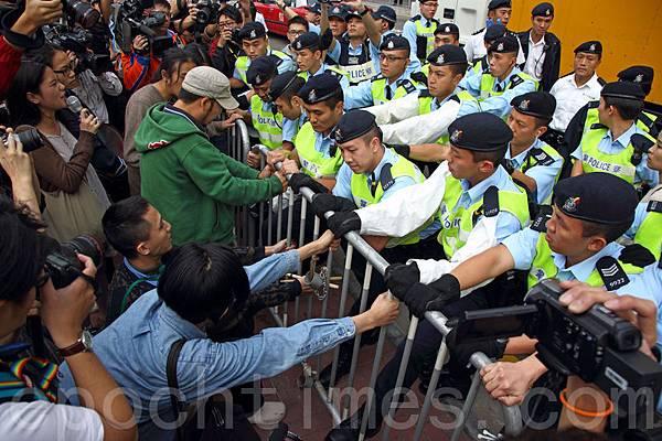 梁賊振英昨日到觀塘出席活動,遇到一批示威者在場外抗議,警方以鐵馬和人牆攔阻。(潘在殊/大  紀元)