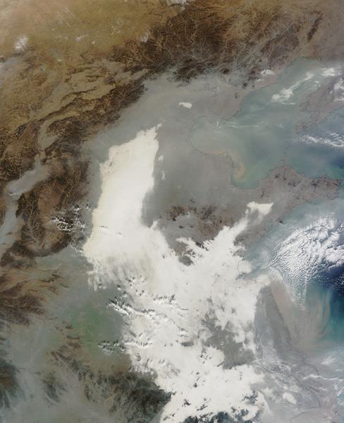 美國航天局的Terra衛星最近抓住了中國東海岸的一張圖像,它被自然形成的霧氣和非自然形成的陰霾包裹,污染清晰可見,它們是一條條白色和灰色的條紋。(美國航天局)