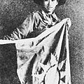 女童子軍楊慧敏把一面國旗裹在身上,冒著生命危險,衝過火線,游過蘇州河,把國旗獻給八百壯士。(網絡圖片)