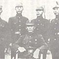 謝晉元團長(中坐者)與堅守四行倉庫的第一營四位連長。(網絡圖片)