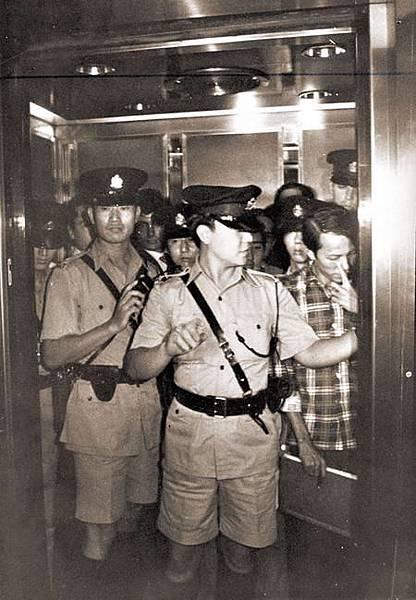 當年大批警務人員在和記大廈廉署行動組總部與該組人員發生衝突大打出手,警員到場調查。
