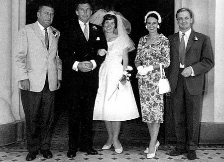 澳洲乳癌大使韓特笙Sara Henderson(中,C)和丈夫一九六零年在香港結婚,在淺水灣酒店擺酒,前廉政專員姬達夫婦(右一、二)任證婚人。