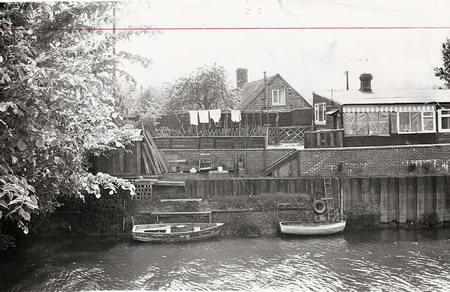 英國萊爾鎮這幢臨河小築是葛柏以前的住宅。