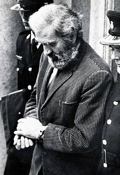 一筆為數一萬二千加元的存款﹐引起港英當局對葛柏的懷疑。