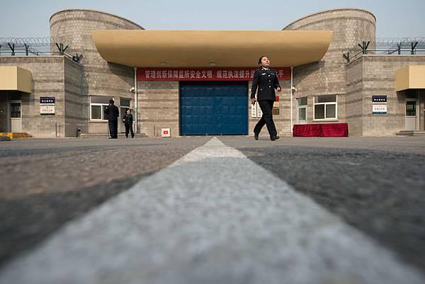 過去為陞官發財追隨江澤民賣命迫害法輪功的惡人,個個感到末日臨頭,惶惶不可終日,害怕有朝一日受到清算。日前,明慧網報導,監獄警察在法輪功學員出獄時,心虛地問出去會不會起訴他們。圖為,北京第一看守所。(Ed Jones/AFP/Getty Images)