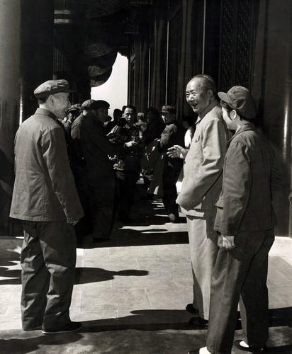 文革期間,毛澤東在張玉鳳的陪同下與林彪在天安門城樓上談話。