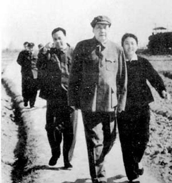 1962年春,毛澤東在江西向塘機場(左一為張耀祠 右一為張玉鳳)。
