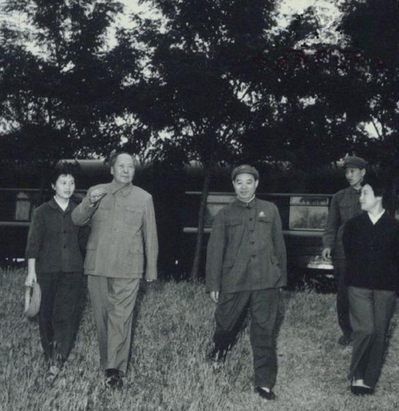 1969年毛澤東來到天津視察,休息時與張玉鳳(左一)、汪東興(左三)等人合影。