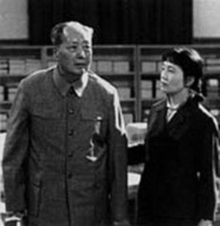張玉鳳陪同毛澤東會見。