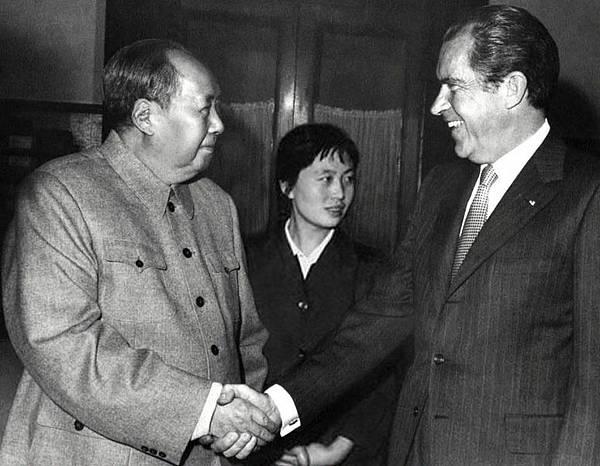 1972年2月21日至28日,美國總統尼克松訪華。毛澤東在人民大會堂會見尼克松。在與尼克松握手的同時,毛澤東的左手緊握張玉鳳。