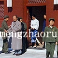 毛澤東與下屬握手心不在焉,目光向著張玉鳳(右二)離去的方向張望。