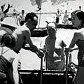 1966年7月,身著泳裝的張玉鳳陪同毛澤東最後一次游長江。右一為身穿泳裝的張玉鳳。
