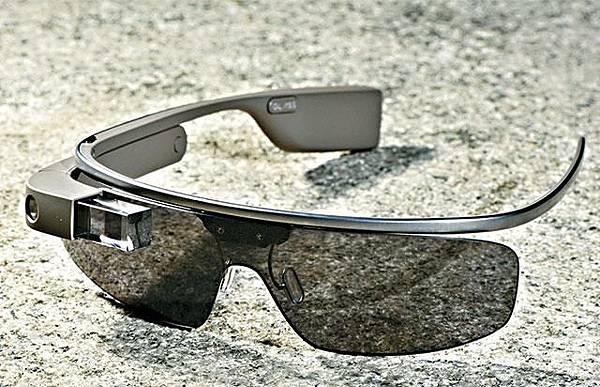 全球引頸以待的科技潮物Google Glass(圖)仍在研發階段,2014年能否正式開售仍屬未知數,本港先達水貨客竟成功從特別渠道,率先引入全港首批七副,記者並親身測試。