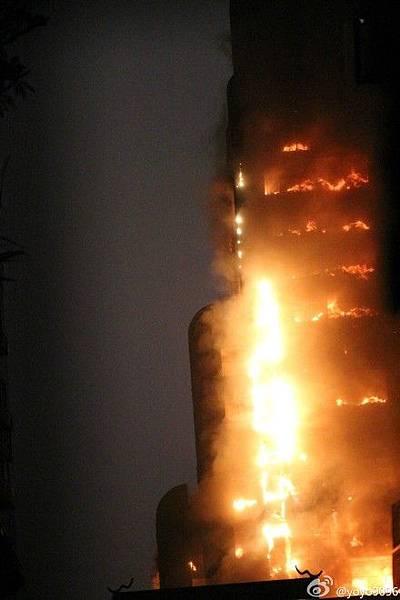 12月15日傍晚18時50分許,廣州市越秀區起義路217號30層建業大廈突發重大火災,整幢大樓通體燒  透,火災現場十分恐怖。人員傷亡情況不明。(網絡圖片)