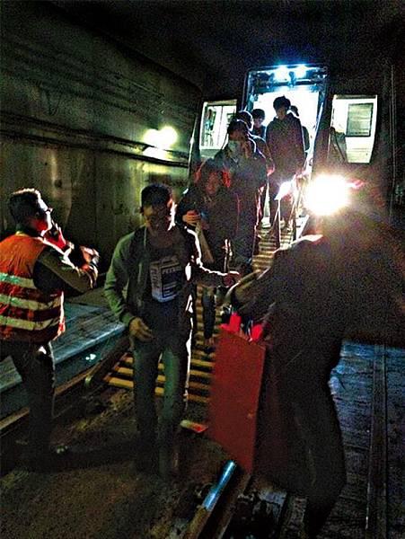 ■由調景嶺站開出的列車駛至油塘站前因電纜故障停駛,百多名乘客要由路軌步行回月台。讀者提供圖片