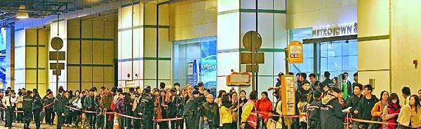 ■受港鐵故障影響,大批乘客在調景嶺站外排長龍,等候轉乘接駁巴士。司徒世華攝