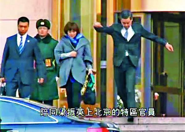 梁振英離開人民大會堂時,在門口石級踏空一級。有線電視畫面
