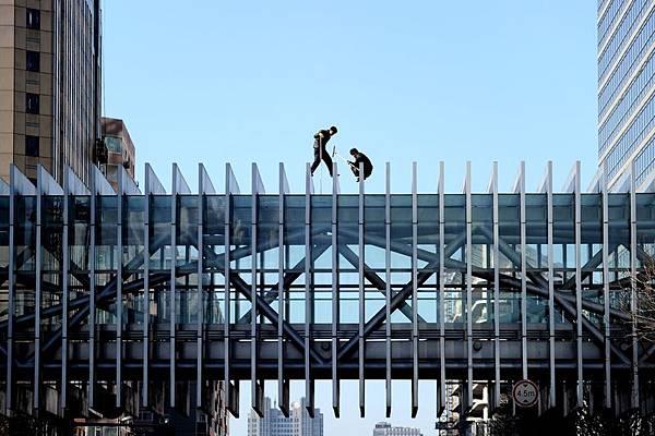 中共政府高層智囊機構國研中心對外發佈的「383改革方案」由於未經相關部門允許而造成事故,相關人員已經就此做了紀律檢查,這顯示任何改革在中共內部分崩的情況下都難以進行。圖為,2013年12月18日,北京2工人正在清理一行人天橋。(WANG ZHAO/AFP/Getty Images)