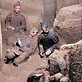位於西安的秦始皇帝陵挖掘出一個1萬3000多平方公尺的陪葬坑,估計有上千件石質鎧甲。陪葬坑顯示,秦時戰服設計已十分先進,秦軍管理也十分嚴謹。