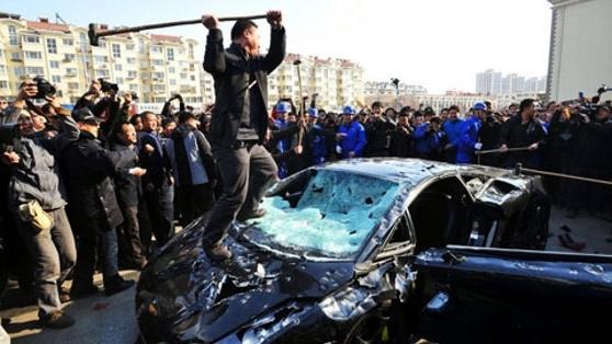 土豪的憤怒 今年3月15日,一名男子在一次車展上砸爛了自己的瑪莎蒂尼跑車,原因是他不滿車商的售後服務。