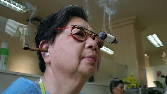 神奇的療法 圖中的婦女患有面癱。治療的方式是把一顆胡桃蓋住一隻眼睛,把點著的艾葉插在耳朵上。